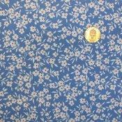 Blått tyg med vita blommor med röda prickar 622acc193af29